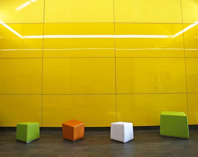 شیشه رنگی زرد دیوارپوش